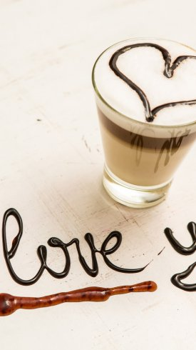 عکس زمینه قهوه شکلاتی و نوشته من عاشق تو هستم