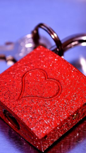 عکس زمینه قفل قرمز رنگ با تصویر قلب