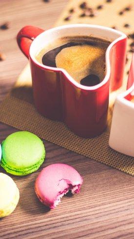 عکس زمینه فنجان قهوه و بیسکویت های رنگی